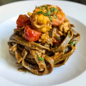 La selezione del giorno 🍽️ Tagliatelle al nero di seppia con gamberi 🦐 E voi cosa avete per cena? 🍝 👨🍳 @hikiati 🇬🇧 🛒 Shop online: www.atmosferaitaliana.it 🇮🇹🇬🇧 {#adv } • • • • • #italianfood#delicious#yummy#foodie#foodporn#foodpics#100ita#artofplating#foodlovers#foodart#foodblogger#primipiatti#italianpasta#IFPgallery #pastalover #italianfoodstyle #sharefood #finedining #lovecooking #italianrecipes #foodvibes #spaghettilover #spaghetti #foodphotography #foodstyling #cucinaitaliana #spaghettilover #seafood #gourmetfood #chefstalk ------- © Le immagini sono dei rispettivi autori taggati. In caso di problemi riguardanti il diritto d'autore, potete segnalarlo in direct e le immagini saranno rimosse.